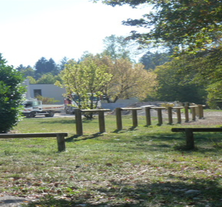Une barrière en bois au Parc d'Activités de Villaz, le long de la Filière